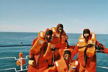 Internationale Frachtschiffreisen Pfeiffer - Von Seegang und Landgang - Rettungsanzüge