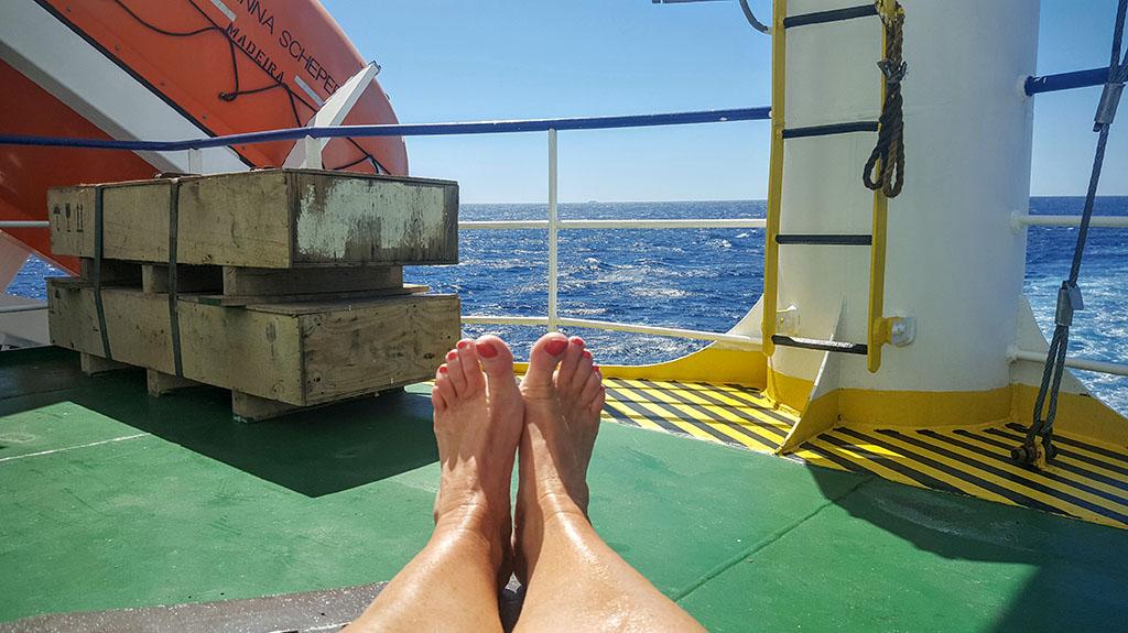 Internationale Frachtschiffreisen Pfeiffer - Von Seegang und Landgang - Sonnenbad