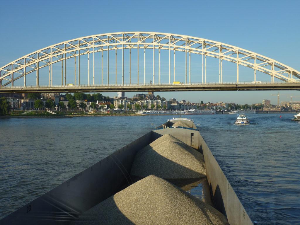Internationale Frachtschiffreisen Pfeiffer - Besonderheiten von Binnenschiffreisen - Besatzung und Fahrt 1